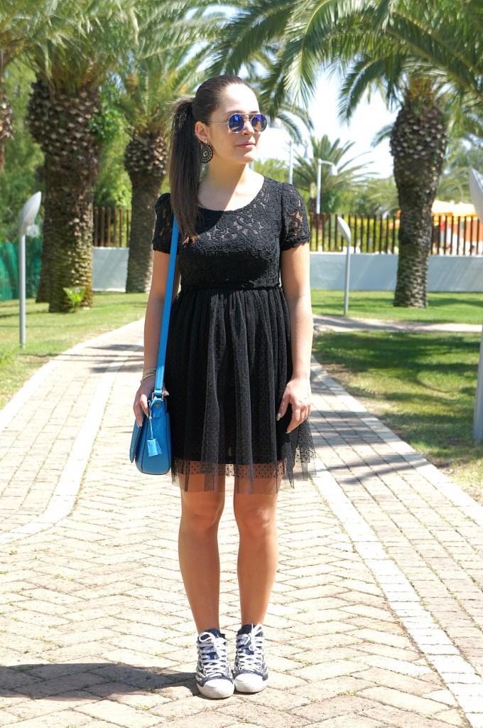 Vestito nero in tulle abbinato a sneakers