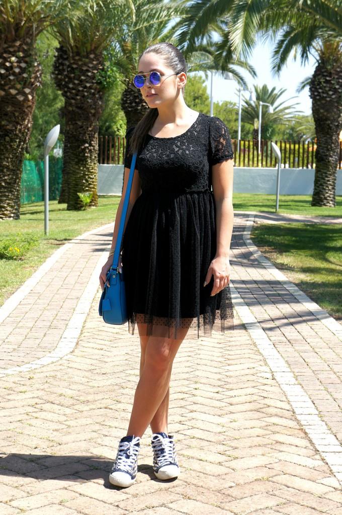 Vestito nero in tulle con sneakers