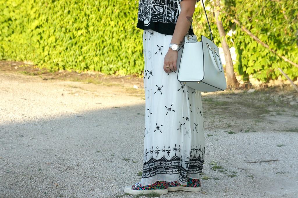 Vestito lungo bianco e sneakers