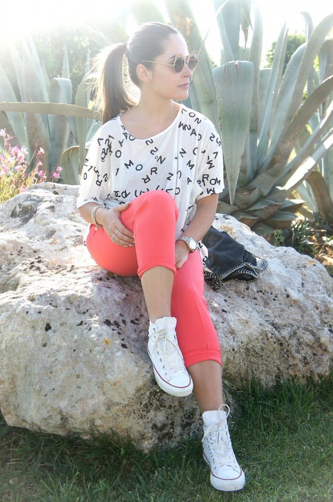 Look con Converse bianche