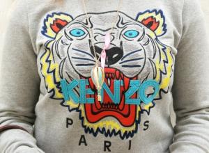 Jeans a vita alta e felpa Kenzo Tiger: due must have in un unico look