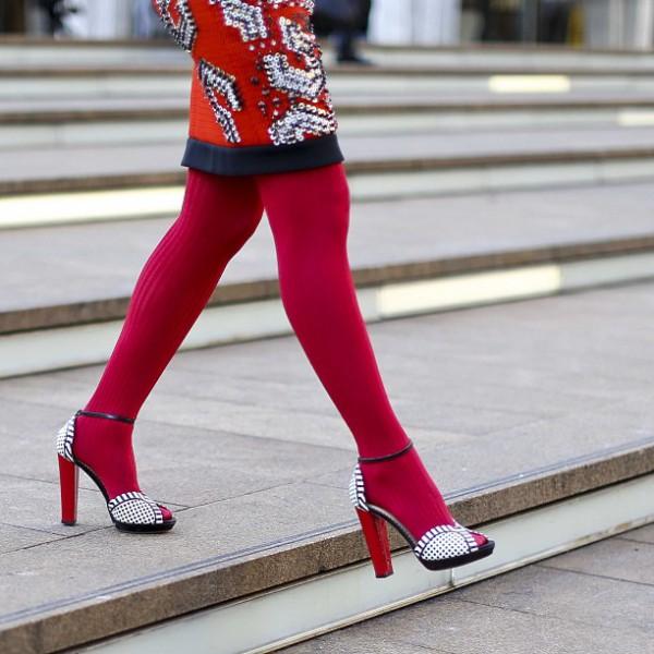 sandali e calze colorate