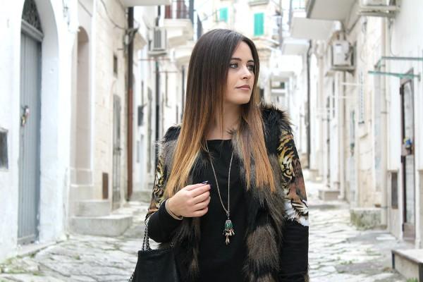 gilet di pelliccia jeans strappati fur vest total black reebok pump pelliccia  ecologica ... 97275c4f489