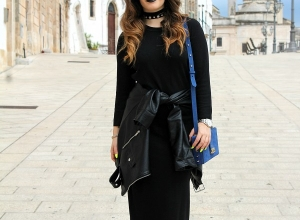 Vestito nero lungo e giubbotto annodato in vita