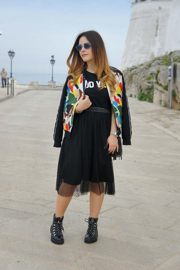 Maglia dolce vita nera, giacca laminata, meravigliosa gonna