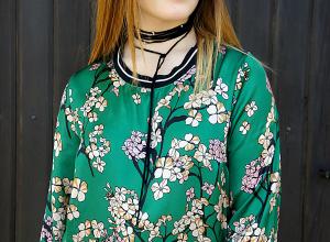 Abito verde a fiori ed una Lady Dior