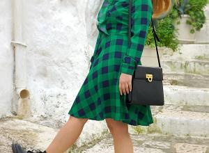 Un abito a quadri verde e blu