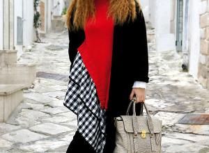 Un maglione a quadretti, asimmetrico e tricolore in un total black
