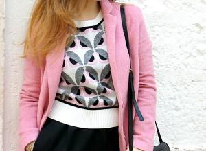 Tocchi di rosa e borchie per un look da giorno