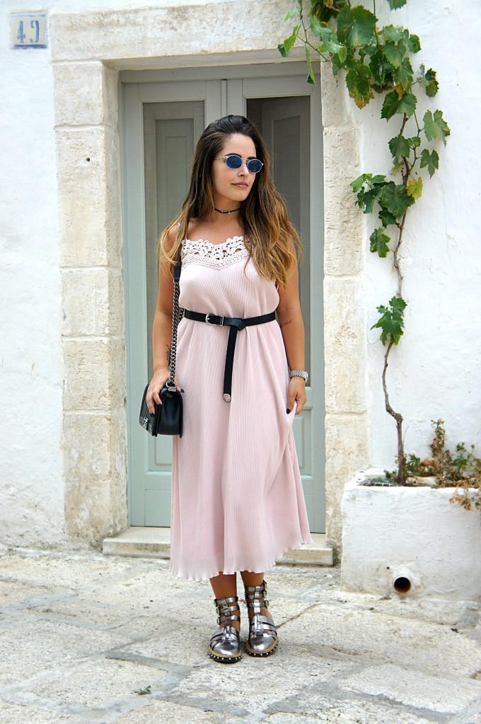 come indossare un abito rosa